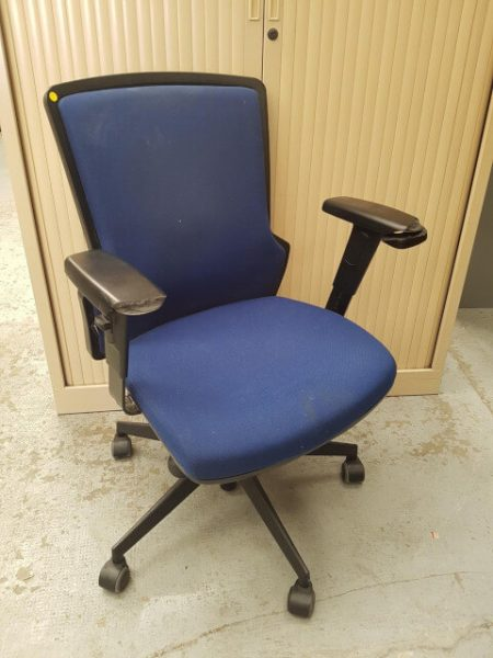 chaise à roulettes bleue marine