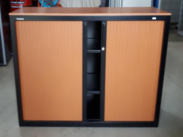 armoire basse noir rideaux poirier