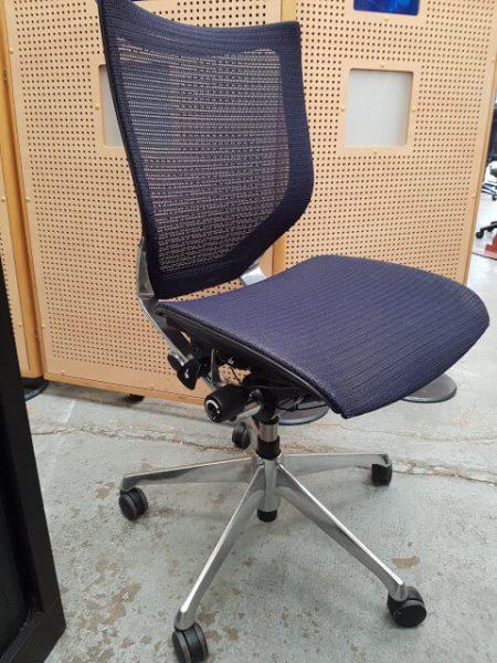 chaise à roulettes dossier et assise résille bleu