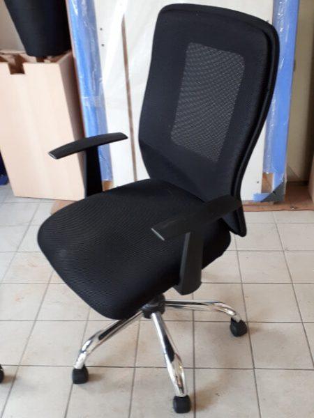 Chaise à roulettes noire dossier résille