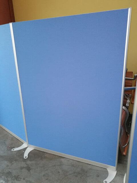 Z7.13 Cloison tissu bleue sur pieds L120 H