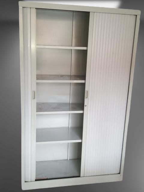 armoire haute à rideaux gris clair