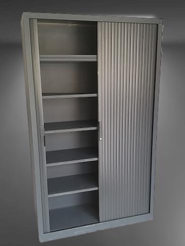 armoire haute à rideaux gris métal