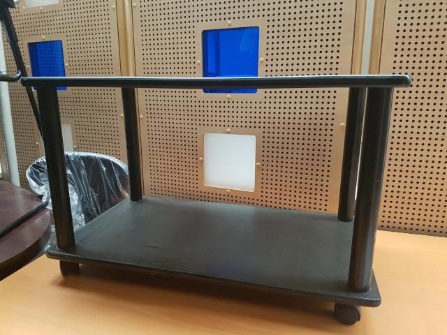 table basse noire à roulette L70